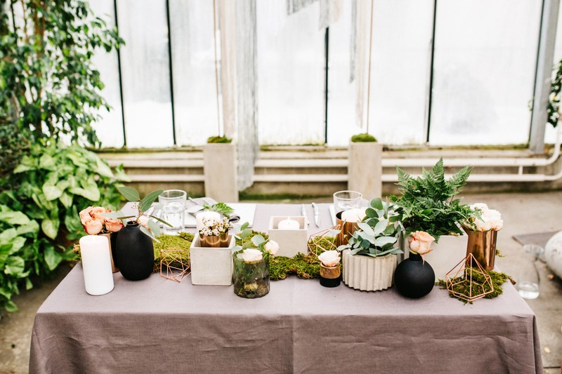 Stół weselny w kolorach miedzi, szarości i zieleni