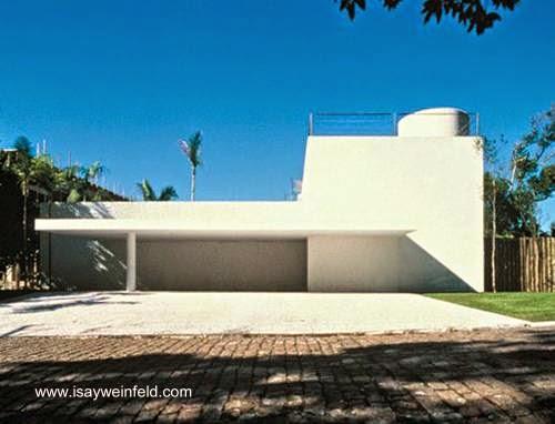 Frente de casa minimalista en Guarujá Brasil
