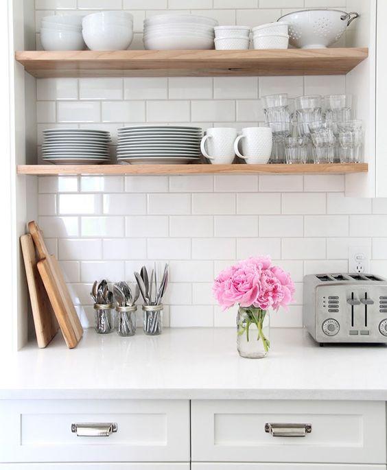 Prateleiras são ótimas para otimizar o espaço na cozinha.