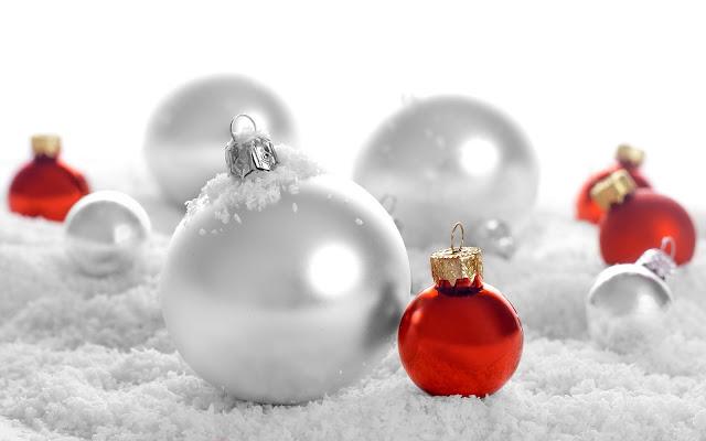 Rode en grijze kerstballen