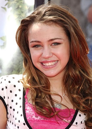 Miley con el cabello castaño claro y largo