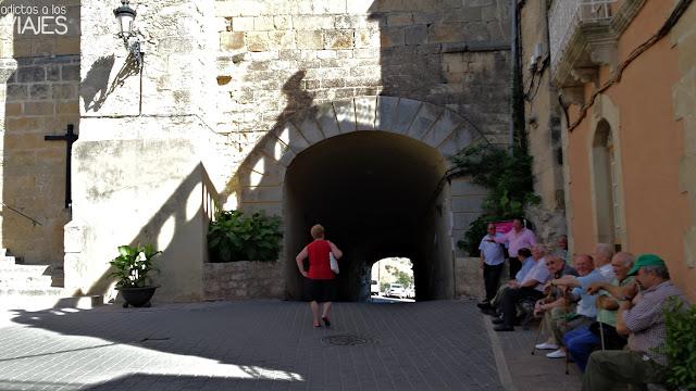 Plaza Mayor de Chiclana de Segura y túnel de entrada y salida al pueblo