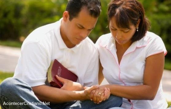 Pareja de esposos orando