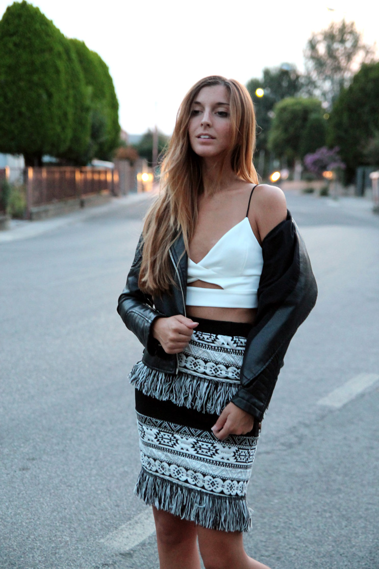 Black&white look with leather jacket, crop top and fringed skirt