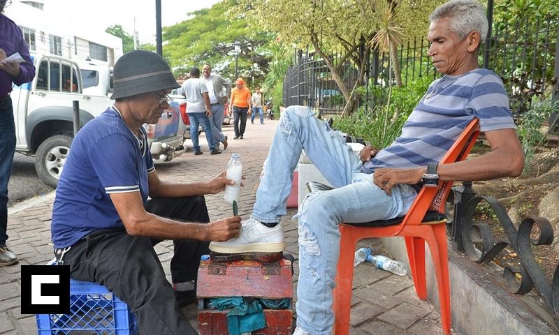 Abogado hasta limpia zapatos para sobrevivir en Santiago