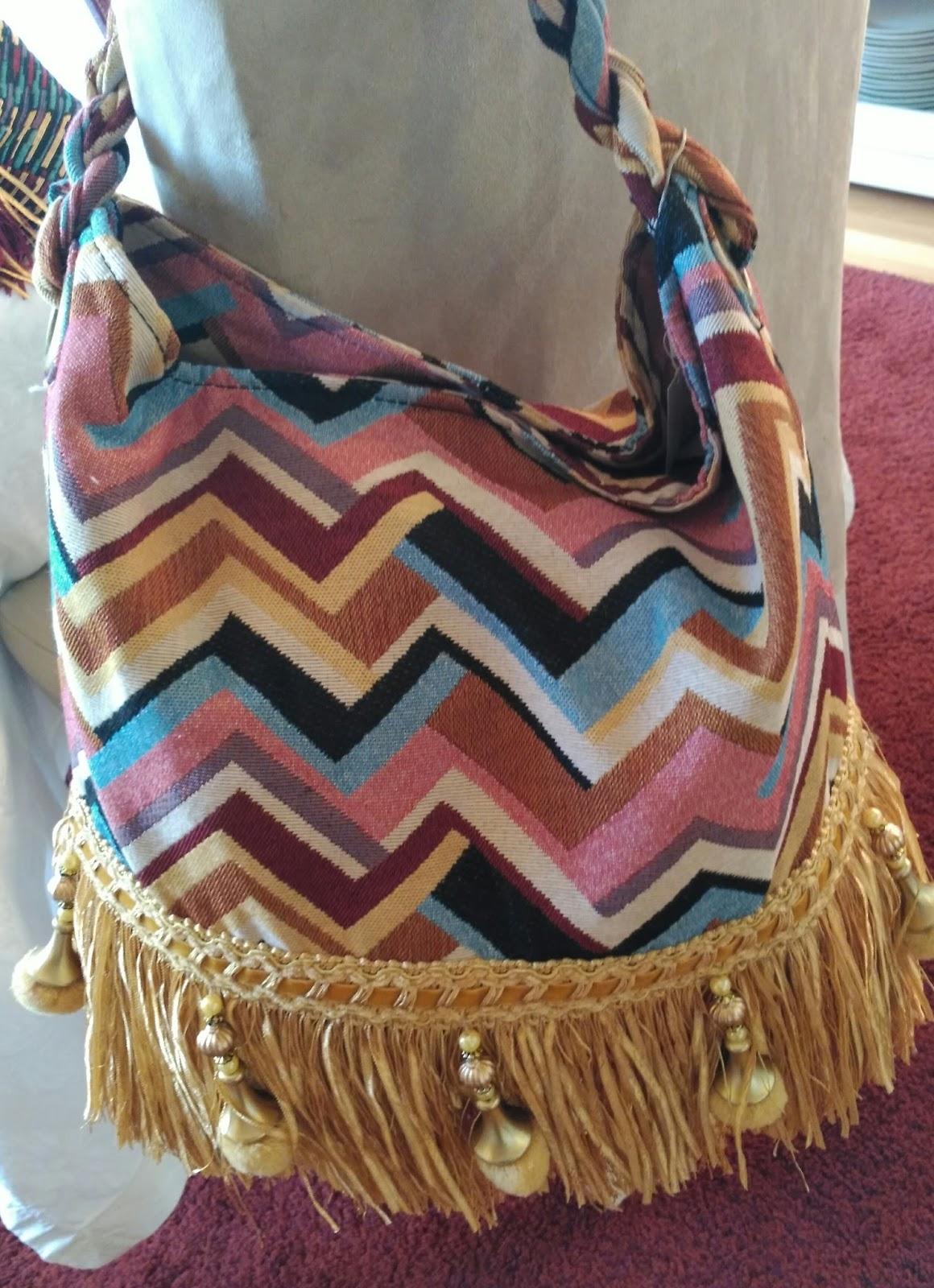 2f7519a27 Bolsos con tela de tapiceria y adorno de flecos en la parte inferior.  Tamaño grande, para hombro. Envios desde Valladolid a toda España. 29€