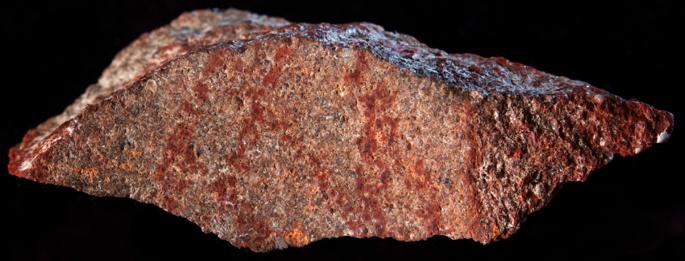 Lasca de silcreta L13 de Blombos Cave con la slíneas rojas que forman un patrón entrecruzado. Foto: Nature.