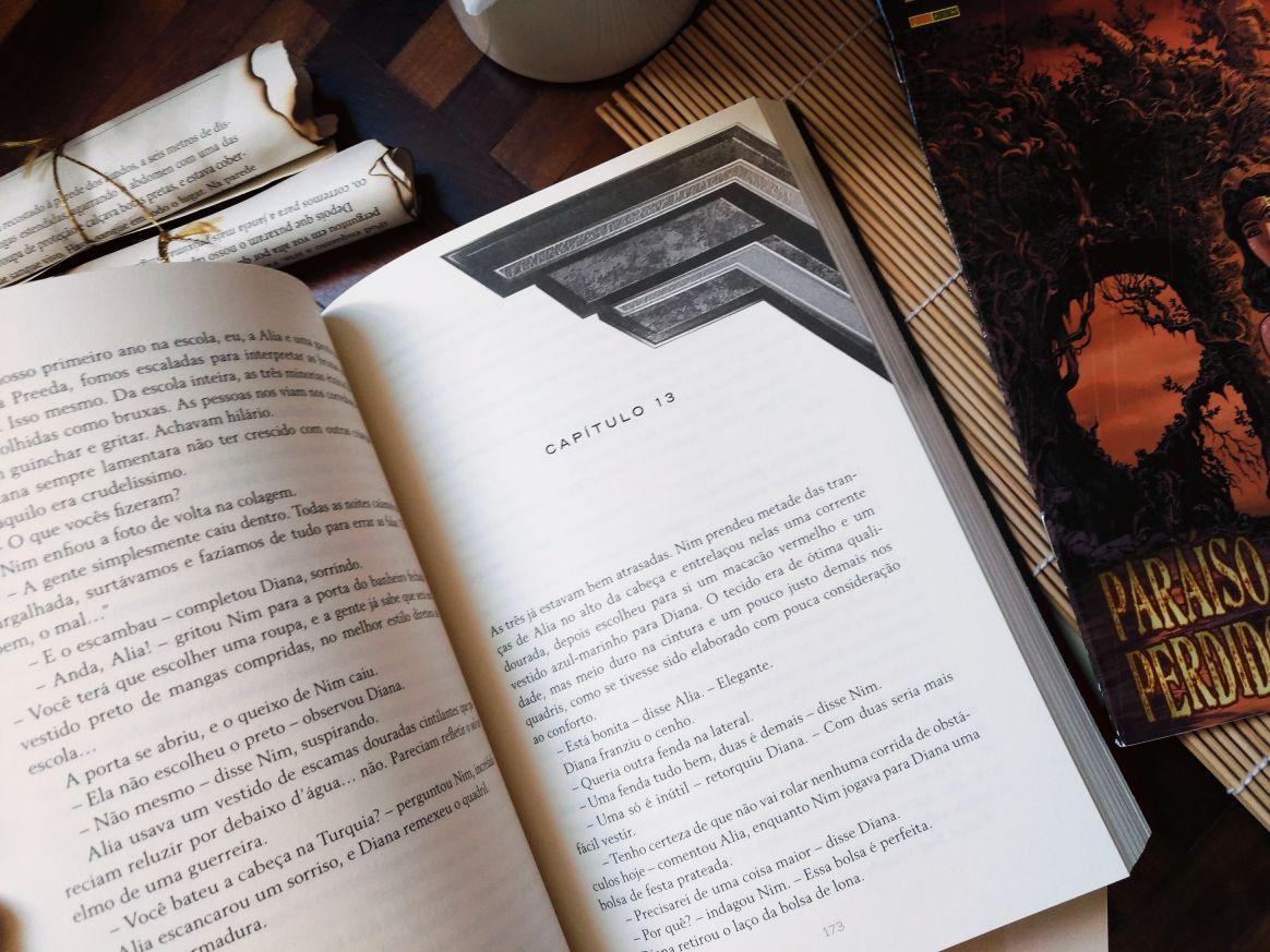 """""""Mulher Maravilha – Semente de Guerra"""", da autora Leigh Bardugo, é o primeiro livro da série """"Ícones da DC"""", publicado em 2017 pela editora Arqueiro aqui no Brasil. A série contará com 4 livros, sendo cada um de uma autora diferente, e o segundo livro já tem nome em Inglês """"Batman: Nightwalker"""" (em tradução livre Batman: Viajante Noturno) com data de lançamento nos EUA para janeiro/2018. Ele foi escrito pela autora Marie Lu, da trilogia """"Legend""""."""