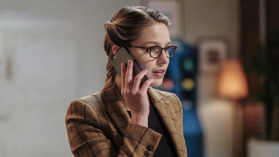 Kara Danvers viviendo una encrucijada entre su trabajo y lo que cree correcto en Supergirl