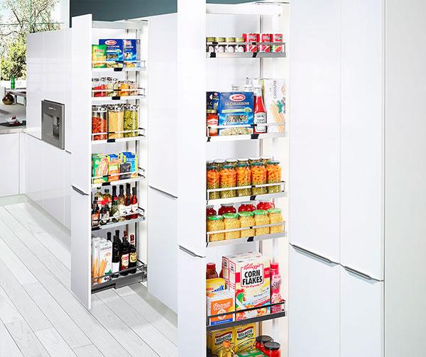 Armario despensero con baldas extraíbles para mantener el orden en la cocina