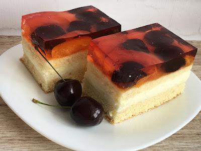 Ciasto z kremem, galaretką i owocami
