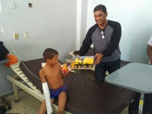 Dirigente PLD dona juguetes a niños en Hospital Jaime Mota