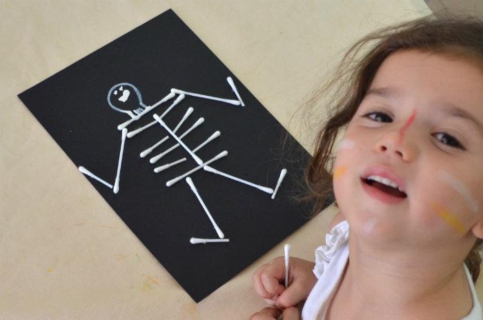 manualidad infantil esqueleto con bastoncillos