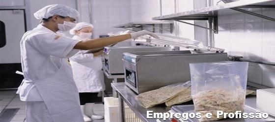 manipulador de alimentos mantém higiene na fabricação de produtos