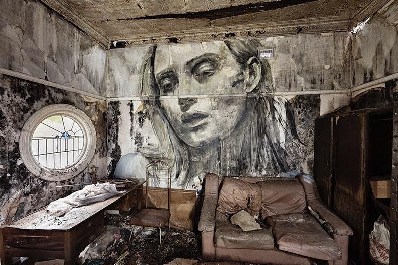 Series de retratos íntimos en las paredes de edificios abandonados por Rone
