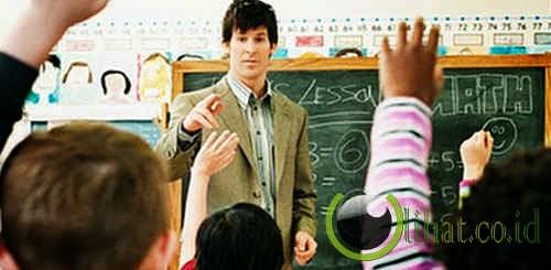 Guru pria melepas semua pakaian di depan muridnya
