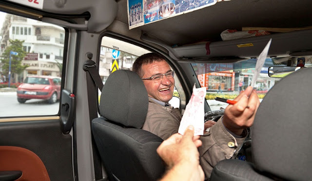 Motorista recebendo gorjeta