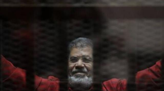 كيف كان أول رد فعل من محمد مرسي عقب الحكم بالسجن 40 عاماً؟ ردّ فعله فاجئ الجميع.. هكذا تصرف...