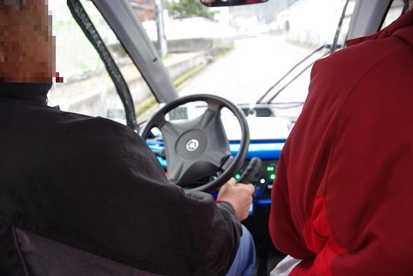 自動運転車の走行中の写真です。