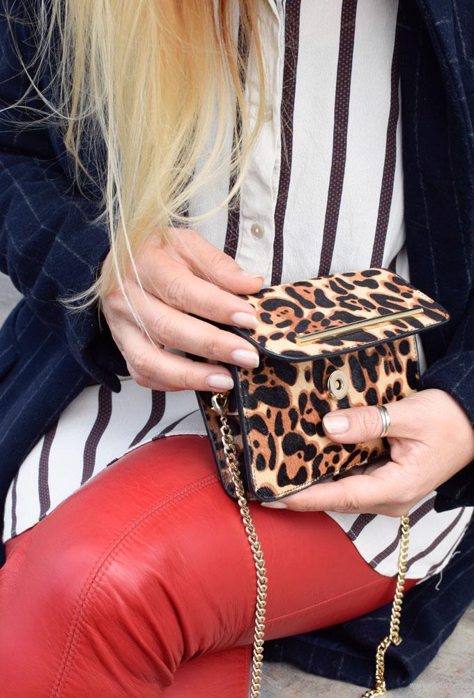 Ü40 Look mit Rot und Leoparden Muster