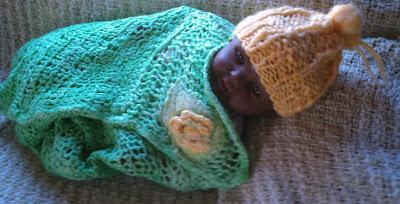 manta verde  e gorro laranja tricotado com lã de ovelha
