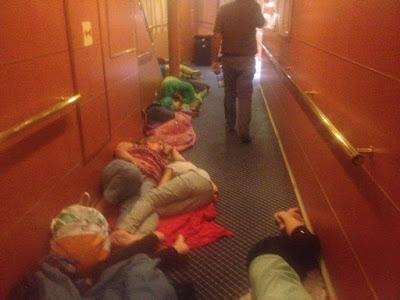 Sulla nave Durazzo Bari dormono sul pavimento, donne incinte e bambini  viaggiano in condizioni disumane (video 2017)