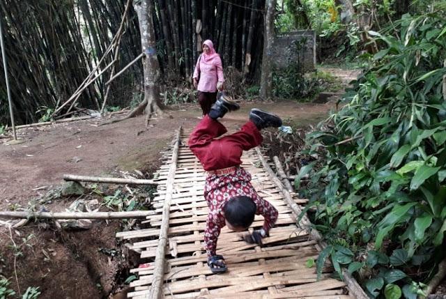 Semangat Bocah Sukabumi, Berangkat Sekolah dengan Merangkak