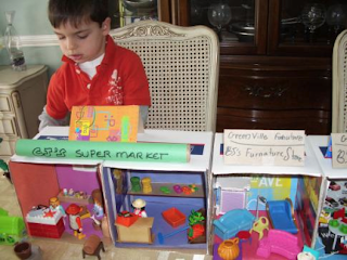 Playmobile, recycled boxes and recycled materials become the basis for this green city