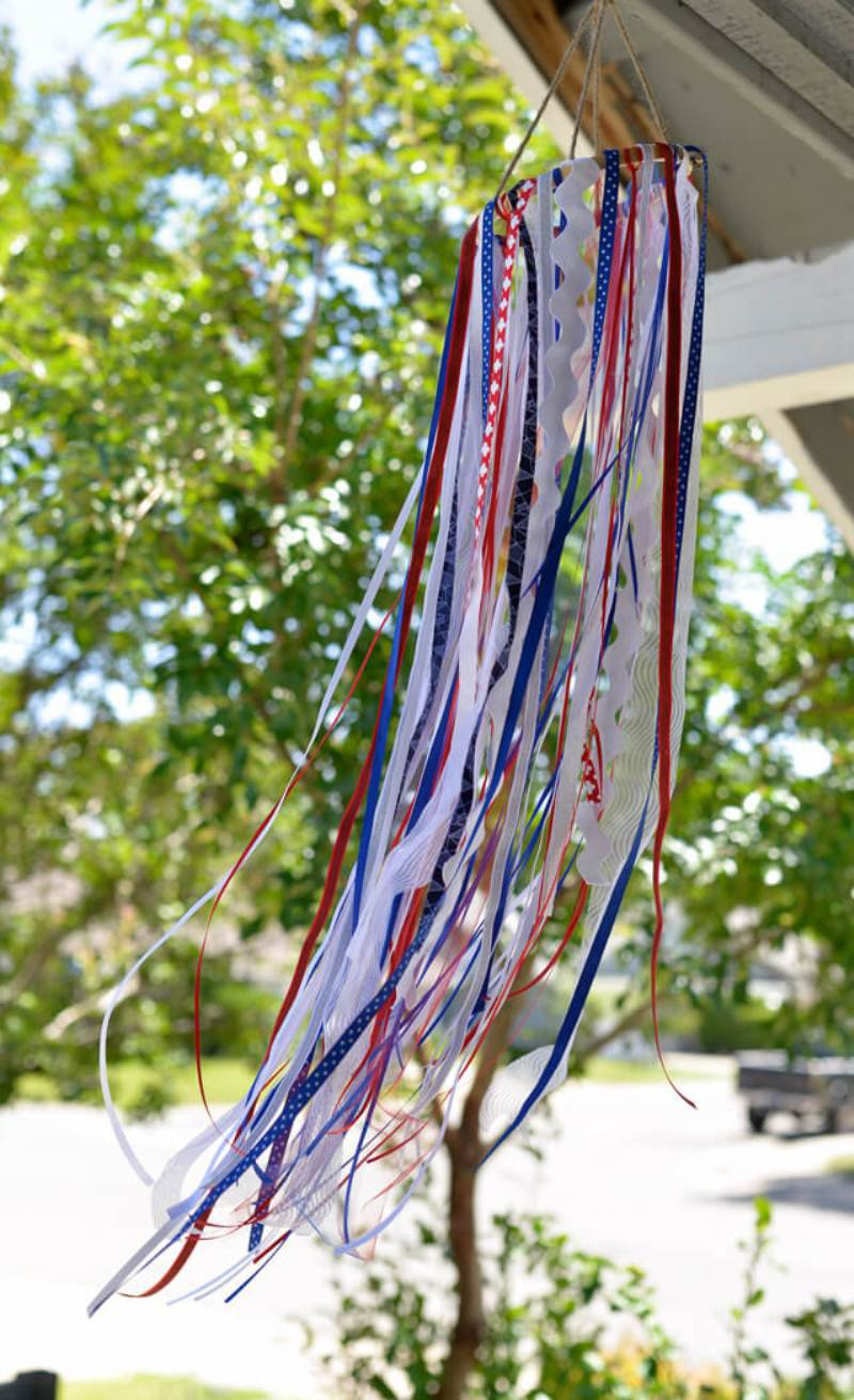 Creative and Easy Ideas for Your 4th of July Party - DIY crafts, decorations, recipes and free party printables to help you celebrate in style with ease! curated by BirdsParty.com @birdsparty #4thjuly #easycrafts #4thjulycrafts #diy #crafts #redwhiteblue