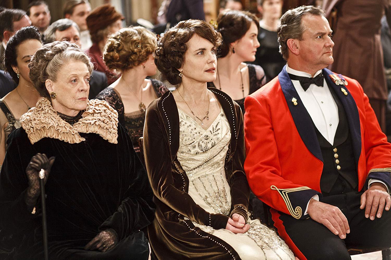 Des personnages de la série semblant regarder un spectacle ou assister à un mariage