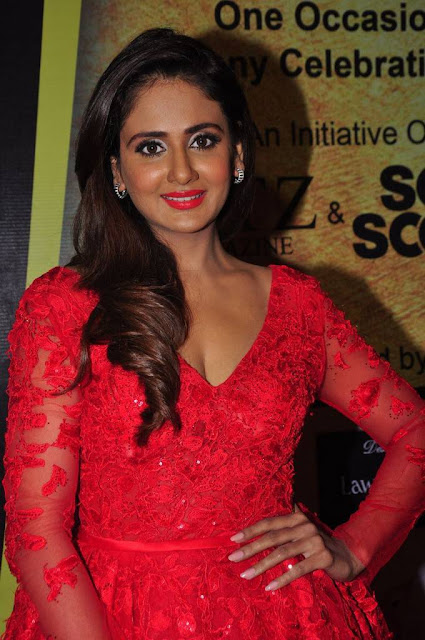 Parul Yadav Stills At South Scope Lifestyle Awards 2016 Red Carpet