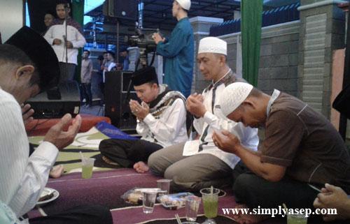 DOA  BUKA PUASA : Ustad Lukmanulhakim, pimpinan Ashabul Yamin Munzalan dan Bapak Haji Muhammad Nur Hasan.  Foto Asep Haryono