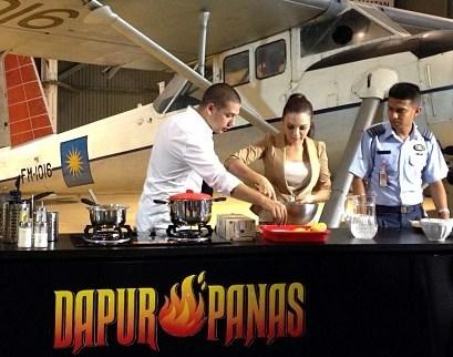 Chef Nik Menggunakan Season Serve Untuk Memerap Daging Batang Pinang Dengan Rempah Dan Kunyit Resepi Pertamanya Iaitu Bakar Air Asam