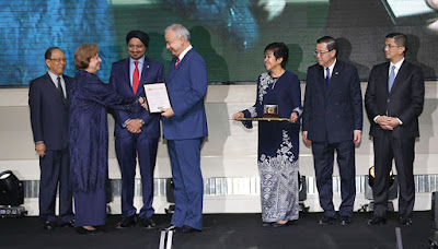 Source: Bank Negara Malaysia. Tan Sri Dr Zeti Akhtar Aziz (second from left) receiving the Royal Award for Islamic Finance from HRH Sultan Nazrin Muizzuddin Shah, the Sultan of Perak and the Royal Patron for Malaysia's Islamic finance.