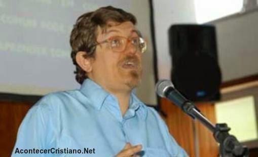 Teólogo advierte peligros por desconocer lenguas originales de la Biblia