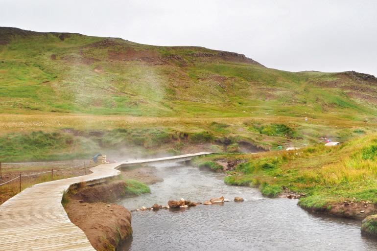 Baignade dans la source chaude de Reykjadalur en Islande