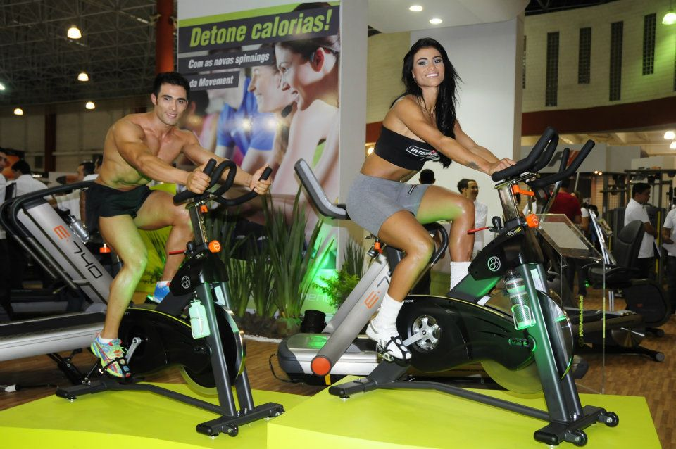 Garoto e Garota Fitness Brasil 2012 testam as novas bikes da Movement