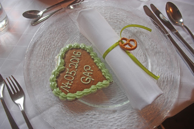 Lebkuchen-Herzen und Bunte Wiesenblumen zur Hütten-Hochzeit in der Riessersee-Hütte - heiraten in den bayerischen Bergen im Riessersee Hotel Garmisch-Partenkirchen