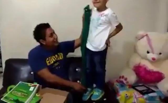 Padre se burla de los útiles inservibles que Velasco dio a niños chiapanecos.