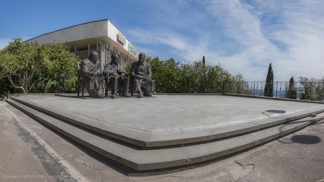 Памятник Ялтниской конференции. Черчилль, Рузвельт, Сталин