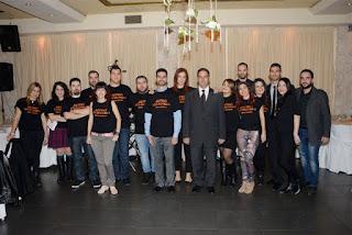 Ο Βαγγέλης Αυγουλάς με ομάδα εθελοντών σε δείπνο της Αθήνας