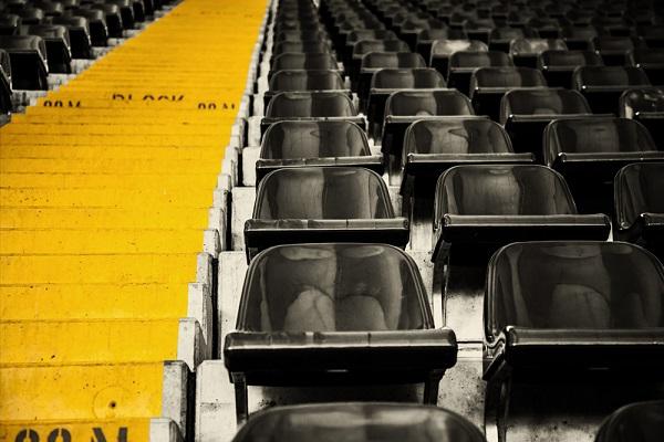 Foto cool destacando los patrones dibujados por las butacas de un estadio de futbol