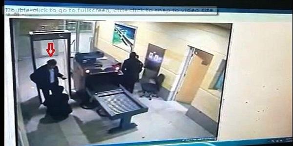 كاميرات المطار تثبت تفتيش الخاطف قبل صعوده الطائرة