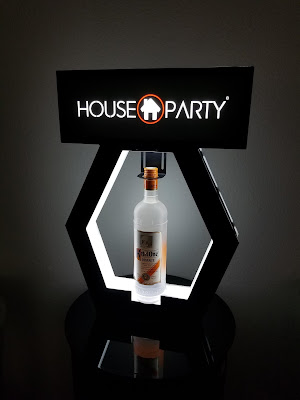 https://nightclubsuppliesusa.com/vip-bottle-service-delivery-presenter-tray-with-changeable-led-screen/