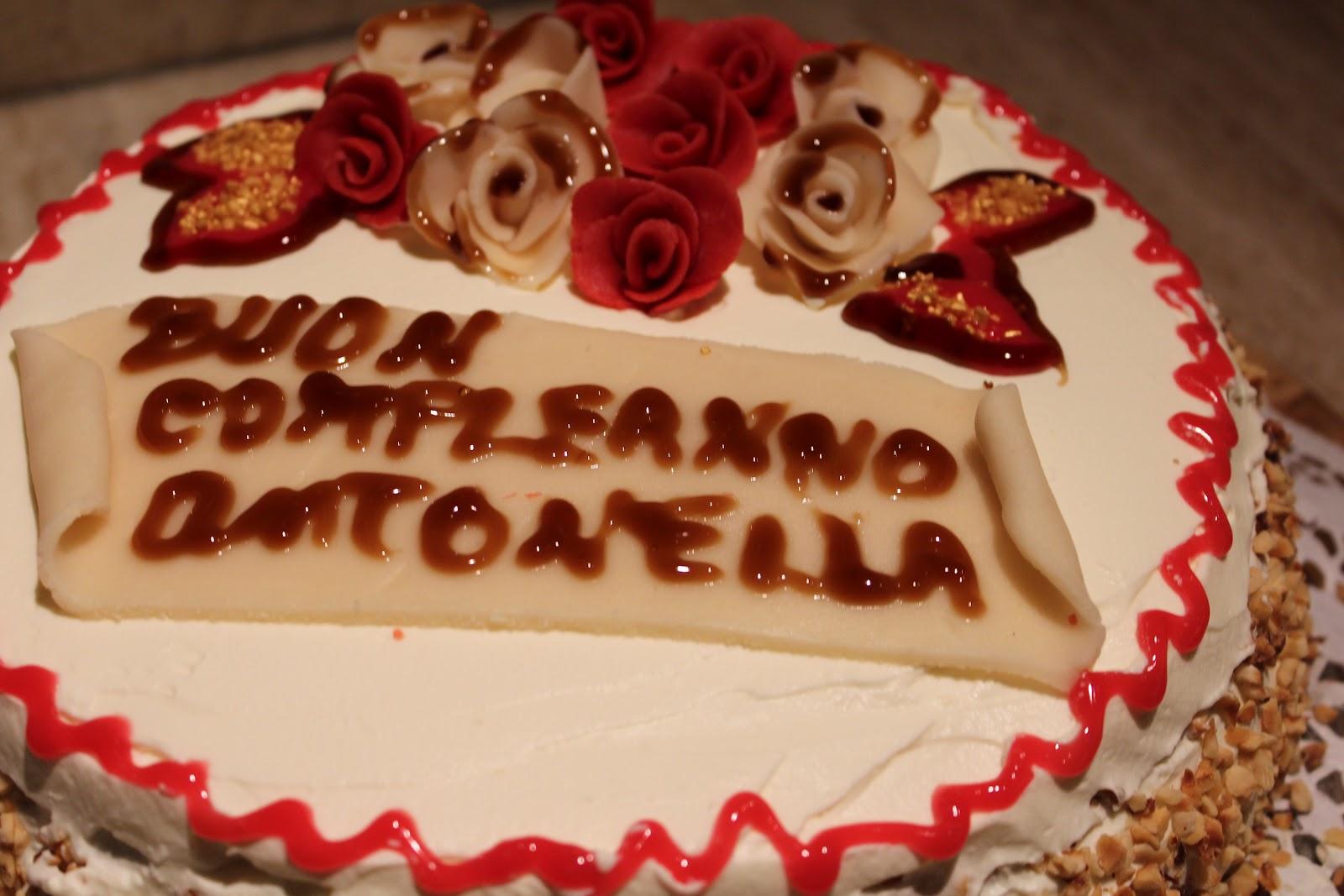 Una torta compleanno per un'amica cara,le decorazioni sono fatte