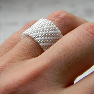 Белое сверкающее кольцо из бисера