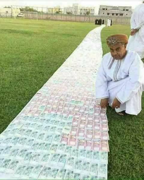جعل من الملايين ممراً لتمشي عروسه عليه