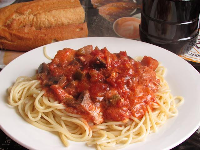 makaron z sosem pomidorowym z bakłazanem