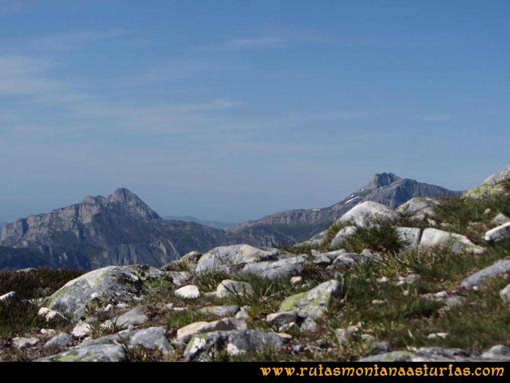 Transcantábrica Tarna-Ponga: Vista del Cantu Cabroneru desde Pozúa