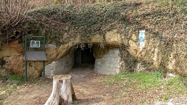 Entrada para o Erdstall em Perg, Áustria. O túnel abrange a Áustria e Alemanha, porém segundo Dr. Kusch, há uma ligação entre túneis que vão desde a Escócia até a Turquia